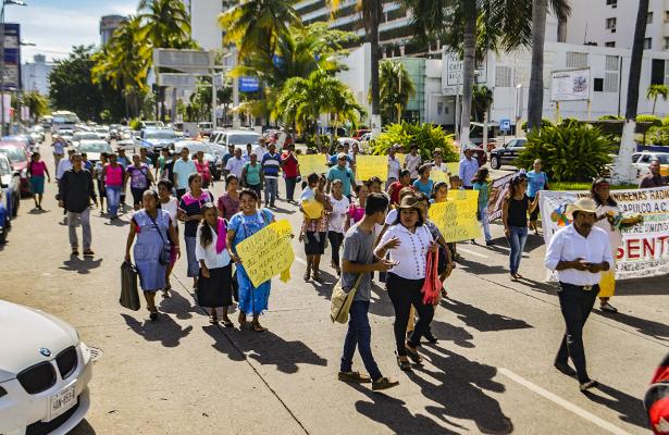 Marchan por la costera indígenas radicados en Acapulco