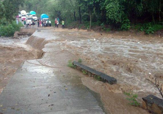 Incomunicadas 5 comunidades de Ayutla por colapso de puente