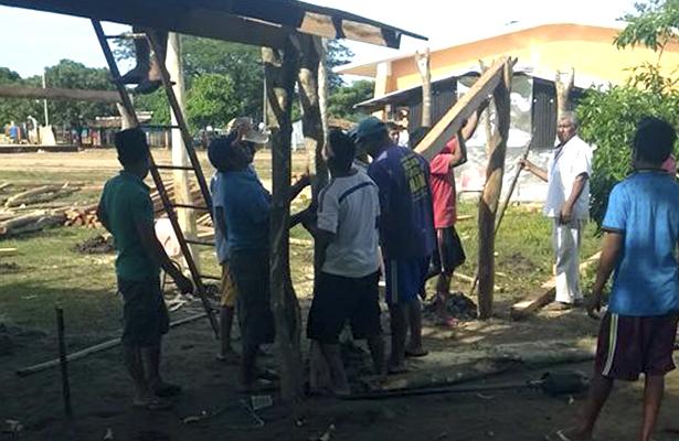 Con recursos propios, padres de familia construyen aulas escolares.