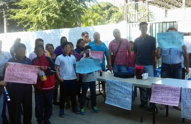 Toman la escuela primaria Cuauhtémoc en Piedra Roja