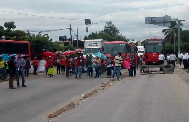 Bloquean padres de familia la carretera nacional México-Acapulco