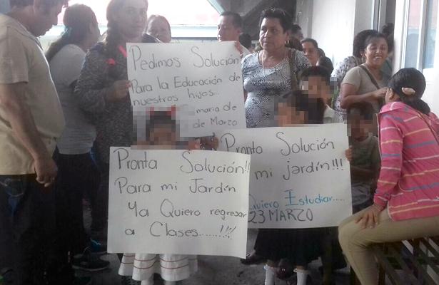 Con protesta exigen solución inmediata a reparaciones de escuela