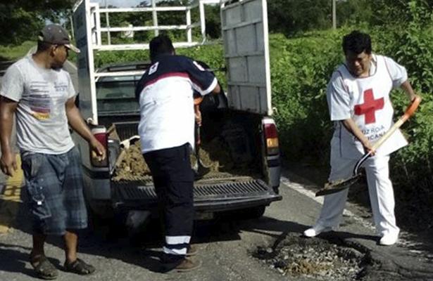 Voluntarios de la Cruz Roja bachean la carretera federal Acapulco-Pinotepa