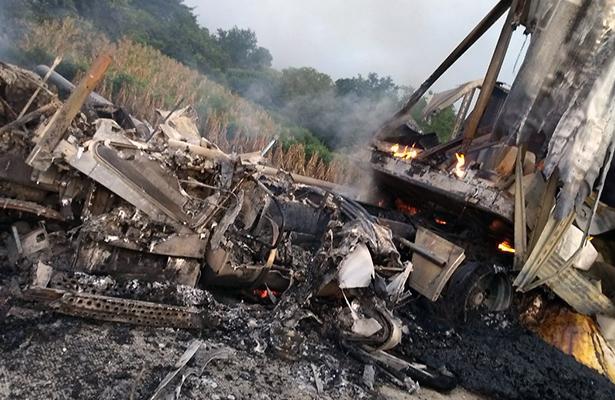 Se incendia tráiler en la Autopista del Sol