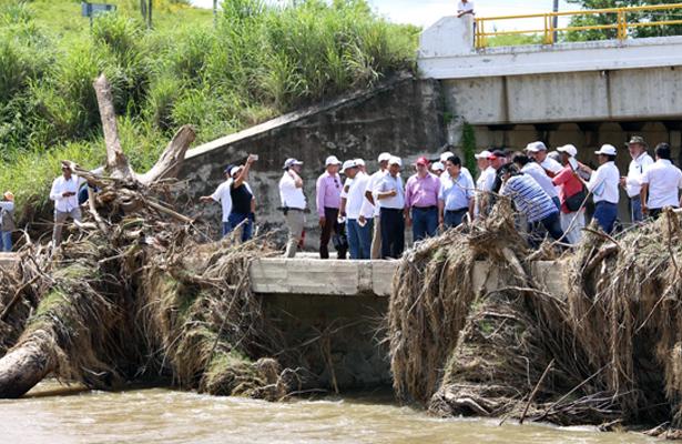 Recorre gobernador Héctor Astudillo puntos afectados por Max del sistema de agua potable, en San Marcos