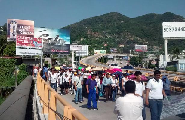 Alumnos y maestros del CECyTEG bloquean el bulevar de Las Naciones