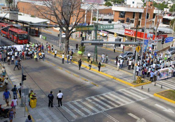 Bloquean 5 horas la Cuauhtémoc; exigen terreno para su escuela