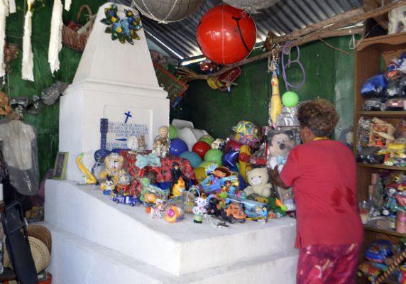 "Llenan de flores tumba de ""Raulito"""