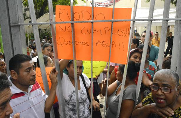 Protestan y bloquean entrada al Ayuntamiento de Acapulco en demanda de agua potable