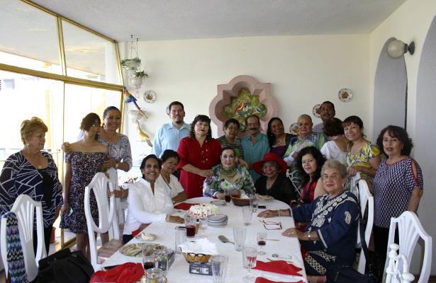 Familiares y amigos presentes en el festejo de cumpleaños de Vicente Gallegos.
