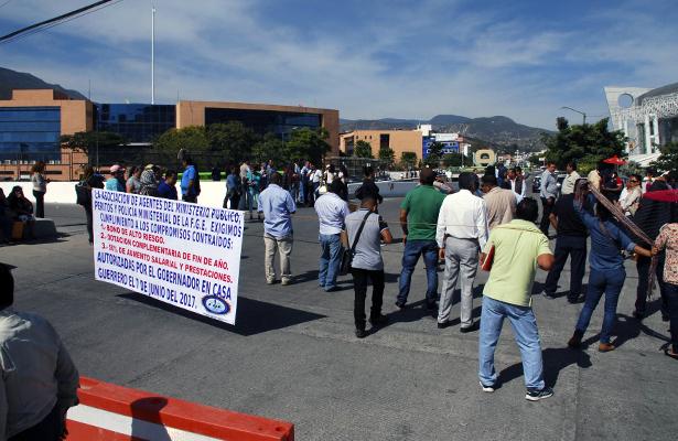 Protestan trabajadores de la FGE en Chilpancingo