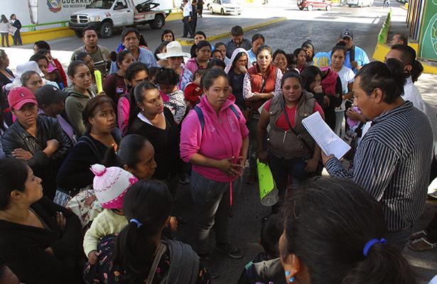 Con bloqueo, padres de familia piden reposición de un maestro