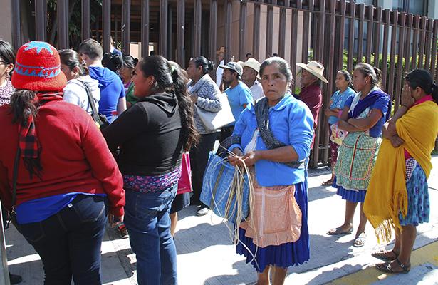 Familiares de desaparecidos irrumepen en el Congreso local