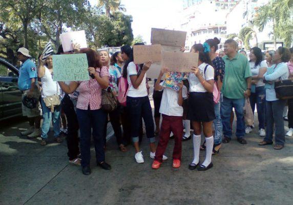 Con bloqueo exigen al Ayuntamiento cumpla con el pago de becas