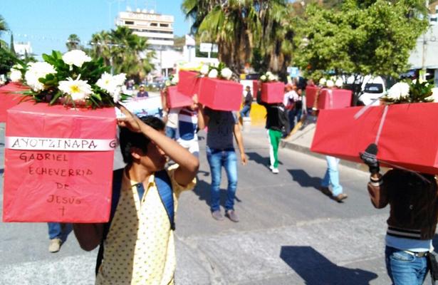 Marchan normalistas de Ayotzinapa en Chilpancingo
