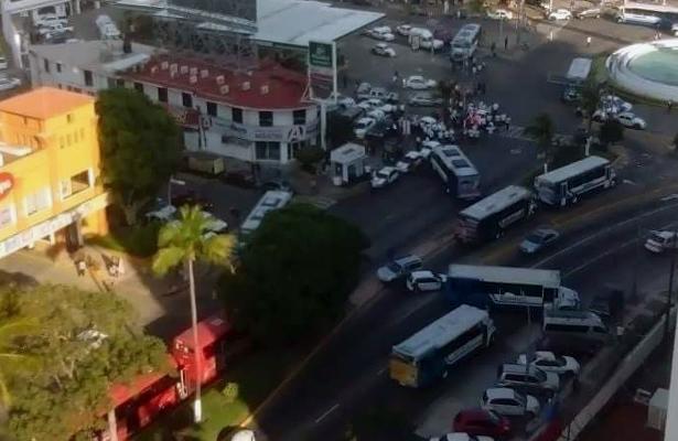 Trabajadores del volante desquician por tres horas la costera Miguel Alemán