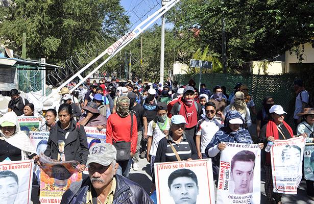 Irrumpen padres y normalistas de Ayotzinapa en la Fiscalía General del Estado