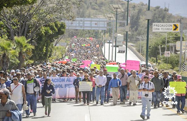 Productores agricolas bloquean la Autopista del Sol