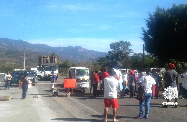 Maestros y padres de familia bloquean la carretera federal México-Acapulco