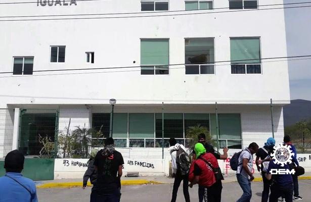 Vandalizan normalistas de Ayotzinapa el Palacio de Justicia de Iguala