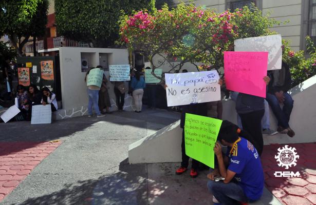Familiares de policías encuartelados protestan en oficinas de CDHEG