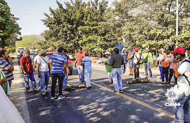 Con madera y piedras, bloquean la carretera Acapulco-Zihuatanejo