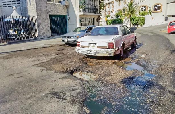 "Fuga de drenaje provoca baches en ""costera vieja"""