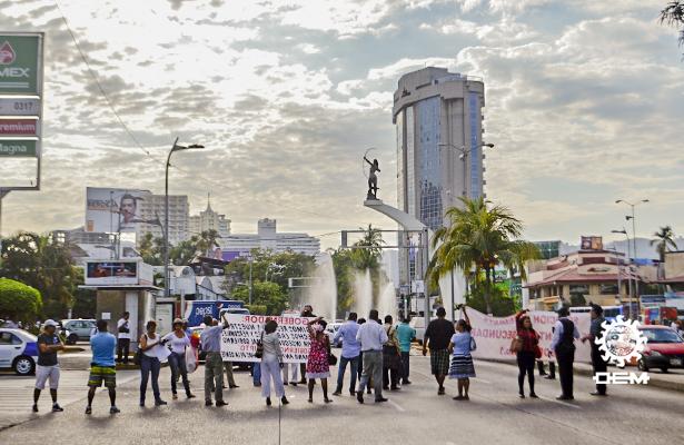 Padres de familia bloquean la costera Miguel Alemán