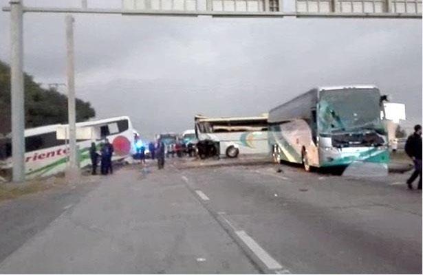 Dos muertos deja carambola de autobuses en la México-Querétaro