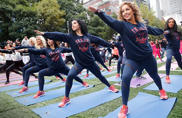 Porristas de Raiders y Texans prenden CDMX con clase de yoga