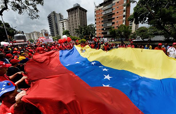 Usuarios retiran dinero de bancos en canastos y mochilas en Venezuela