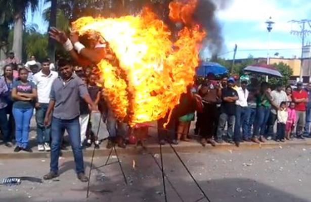 Acróbata se incendia tras accidentarse en desfile de Nayarit