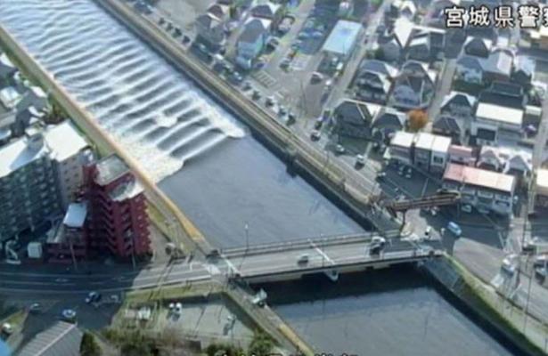 [Video] Caudal de río cambia de curso tras tsunami en Japón