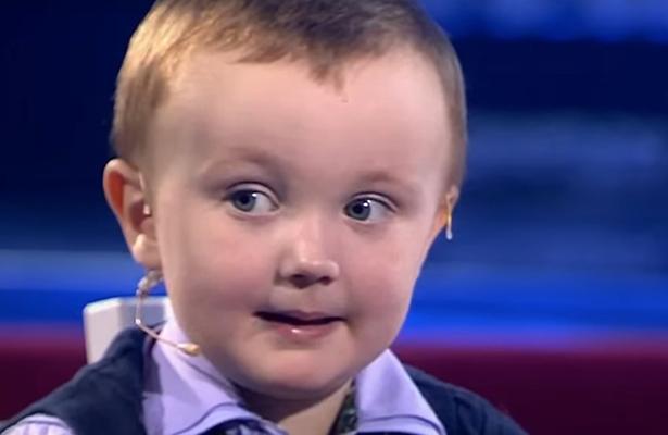 Mira la reacción de niño de 3 años tras perder en el ajedrez con excampeón