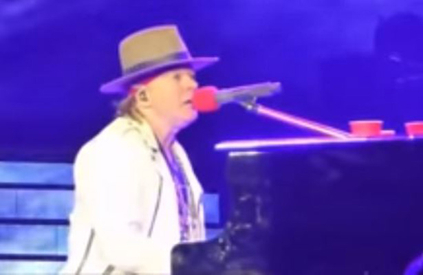[Video] ¡Fantasma asusta a Axl Rose en pleno concierto!