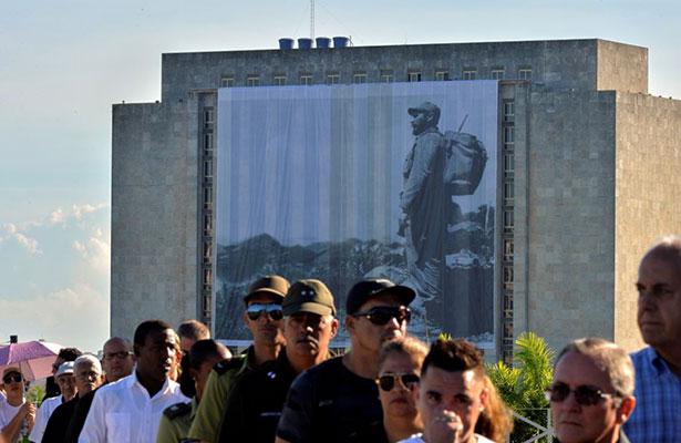 Miles rinden homenaje a Fidel Castro en la Plaza de la Revolución
