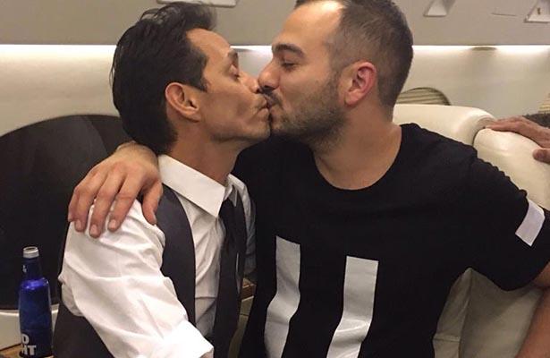 Marc Anthony inventa el beso effect y ¡se besa con hombres!