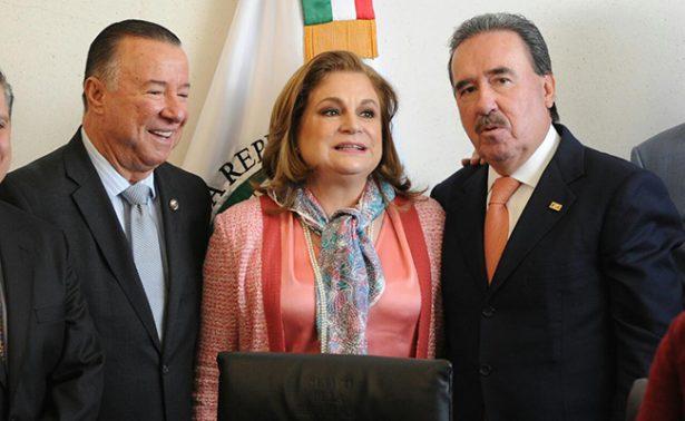 Arely Gómez entrega informe de actividades