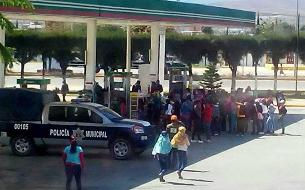 Normalistas roban patrulla con 600 litros de gasolina