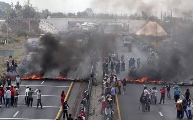 Por operativos contra huachicoleros, pobladores bloquean la Puebla-Orizaba