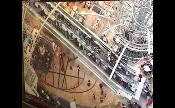 ¡De terror! Escalera eléctrica se invierte y causa avalancha humana