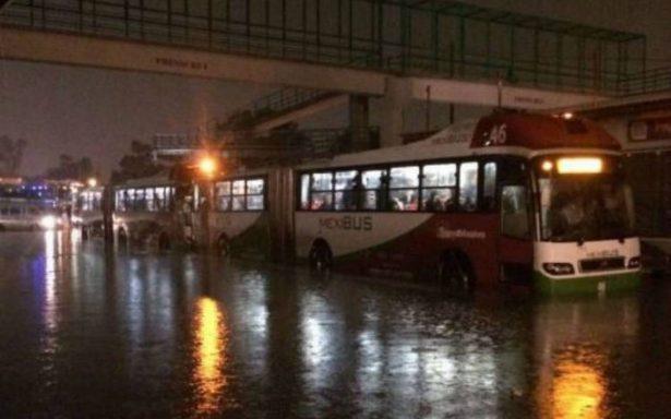 Por lluvias, usuarios quedan atrapados en Mexibús