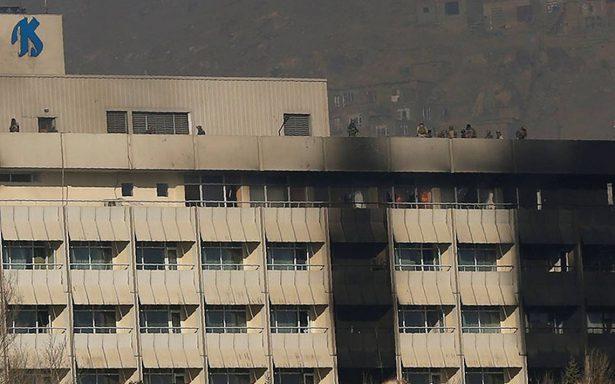 Viven 12 horas de terror en hotel de Kabul tras ataque talibán; hay 18 muertos