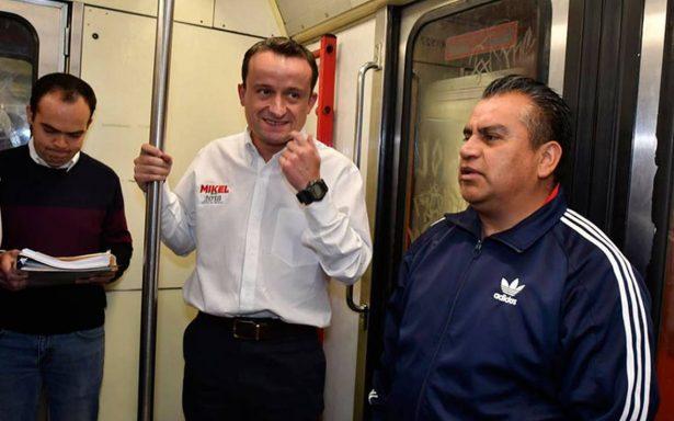 Mikel Arriola viaja en Metro y promete que no subirá la tarifa