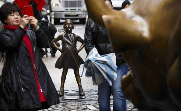 Desafiante niña de bronce recuerda a Wall Street el papel de la mujer