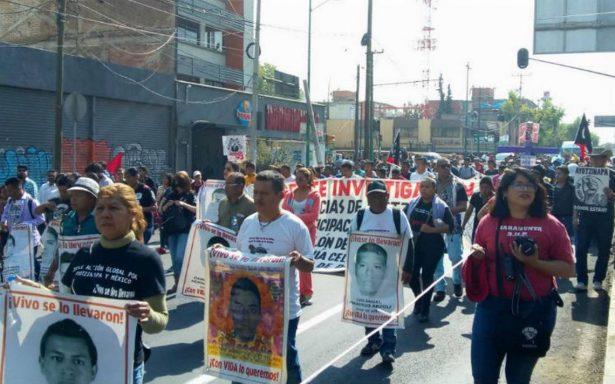 Padres de los 43 de Ayotzinapan marchan sobre Calzada de Guadalupe