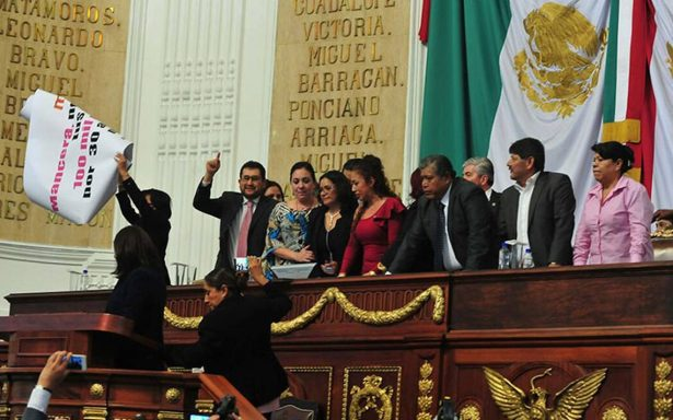 Morena 'toma' la tribuna de la Mesa Directiva en la Asamblea Legislativa