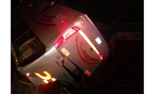 Volcadura de autobús deja 35 lesionados
