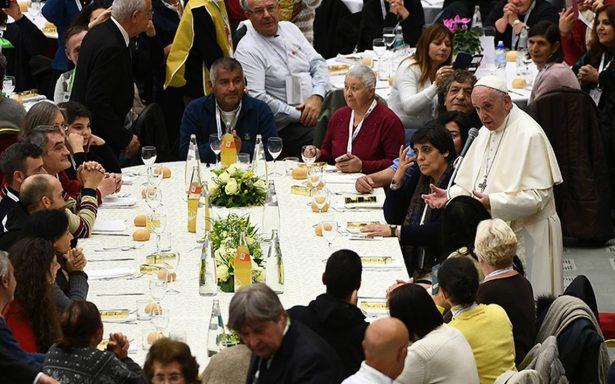 La indiferencia es el mayor pecado: papa Francisco almuerza con mil 500 pobres
