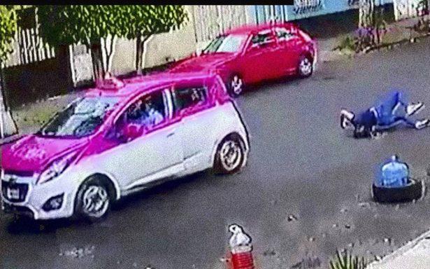 [Video] Taxista arrastra a mujer hasta hacerla azotar en el piso